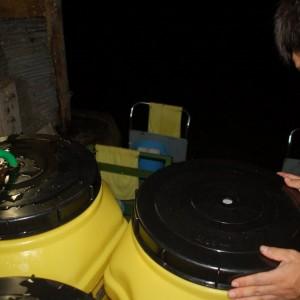 蓋の真ん中に穴を開け、そこに水を満杯になるまで入れます。