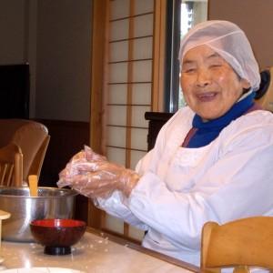 愛和館大掃除の日 老蘇さんはおにぎりづくり