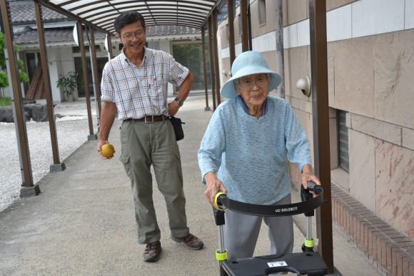 岩崎キン子(89)部屋から老蘇愛和館に行く道すがら、みんなと話すのが楽しい。