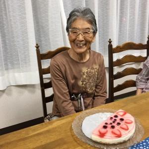 吉永典子さん (89歳)◆ 熊本の震災から多摩に来られました。和子さんのお母様。 衣類たたみメンバーで衣類供給棚の名前、もうすっかり覚えちゃった!と。 明るくてお元気です、足腰悪くても毎日の散歩は欠かさない、力強さと大きさ感じます。