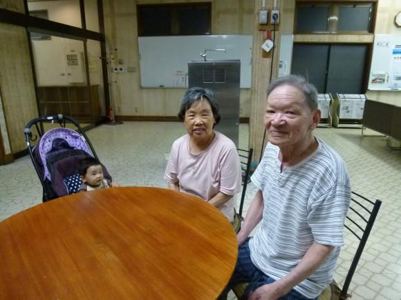 山下良一(87)山下久子(85) 毎日二人で散歩の後はロビーで情報収集