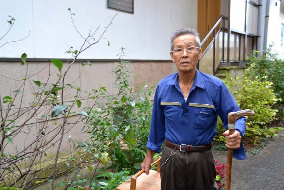 稲井幸夫(76)畑で、愛和館のネギがキレないように育てています。