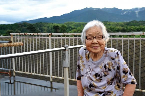 松井千里(91)洗濯たたみと花の世話が楽しい。