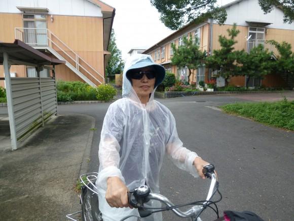 松浦浜子(78)自転車でカーブスに行き筋トレ。今日は雨が降ったので合羽を着て。