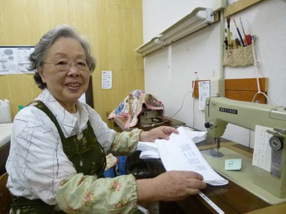 鈴木里子(83)店番やタオルたたみ、みんなの中でやれる仕事を用意してもらって楽しい。