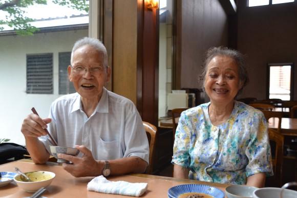 藤岡静弘(87)円盤で草刈り、庭の手入れ。 藤岡加能子(81)衣生活で洗濯たたみ。