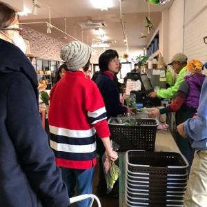 ファーム町田店12月の大市のひとコマ 朝から寒く人出が少ないな~とゆっくり思ってたら、人の波がどどーって