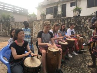 これは、太鼓のレッスンをしている所です。 このあとは、ガーナの伝統的なダンスも踊りました。 日本人の私には馴染みのない、複雑なリズムでしたが、我ながら上手に演奏できたと思います。笑