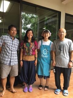 タイの実顕地にて。私が着ているのは、ガーナの伝統衣装「ケンテ」。 左から順に、上田康雄さん、私、上田師代さん、喜田仁さん。 写真をとってくださったのは、喜田栄子さん。