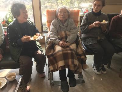 菱沼サキさん99歳のお祝い。ロビーでみんなでケーキを食べながらお祝いしました。