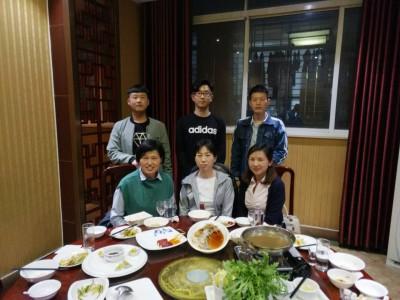 劉さんと日本語学校の先生と生徒。この後来日して津市に下宿して鈴鹿短大に留学する子もいます。