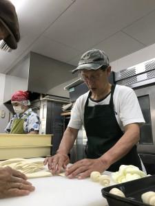 川添さん:パン生地を触らせてもらっています。