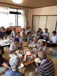 今日は成田実顕地に来ています。 昼食は、食肉業者の「ハヤシ」さんも合流して室内バーベキューです。