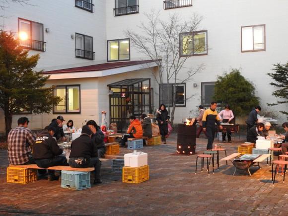 五月十二日別海実顕地の花見屋外食を生活館前で行い、気温が低いので焚火で暖をとりながら和気あいあいとジンギスカンを楽しみました。