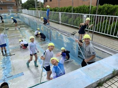 夏本番前にプール掃除。地元の小学生や楽園村っ子も一緒です。壁も床も最後は手でこすり、大人はお疲れ模様。